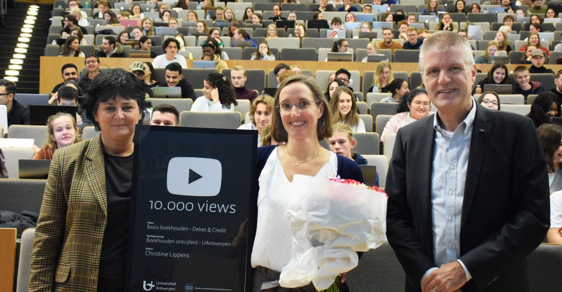 Christine Lippens receives the award for 10.000 views of her knowledge clip on youtube